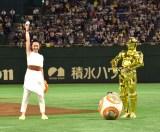 フォースの力をためる永宝千晶(左)と見守るBB-8とC-3PO=日本ハムvs西武「スター・ウォーズ ナイター」ファーストピッチイベント (C)ORICON NewS inc.