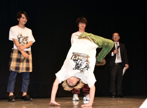 アクロバティックな芸を披露した小林龍二=『キングオブコント2017』に参戦するDISH// (C)ORICON NewS inc.
