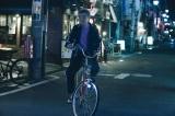 柄本明がエンディン映像に出演。普段通り、自転車でぶらぶら(C)「下北沢ダイハード」製作委員会