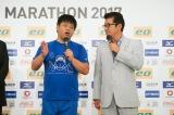 大阪マラソンの会見に参加したジミー大西(左)と松井一郎大阪府知事