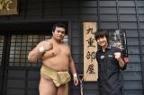 7月5日、このあと生放送、NHK大相撲名古屋場所60年スペシャル番組『はっけよい!ボイメン』千代の国関(左)の朝稽古に密着したボイメン本田剛文(右)(C)NHK名古屋放送局