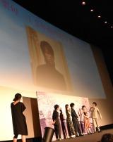 12年前の写真を見る小栗旬=映画『君の膵臓をたべたい』完成披露舞台あいさつ (C)ORICON NewS inc.