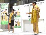 「PPAP」を披露した小池百合子東京都知事(左)とピコ太郎 (C)ORICON NewS inc.