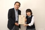 高校生対象の第4回『ドラマ甲子園』大賞は17歳・栗林由子さん(右)の作品『青い鳥なんて』が受賞。左は選考委員長・清水賢治氏
