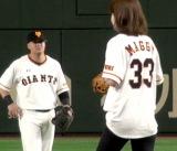 巨人のC・マギー選手(左)の背番号「33」で登場したマギー (C)ORICON NewS inc.
