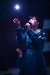 「キミガイナイ」では光の演出も美しく=欅坂46 デビュー1周年記念ライブより