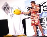 舞台あいさつにエリザベスの着ぐるみに入って登場した山田孝之(左)と福田雄一監督 (C)ORICON NewS inc.