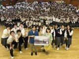 北海道石狩南高校をサプライズ訪問した浜辺美波と北村匠海