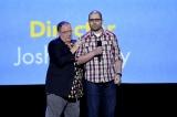 『D23 EXxpo 2017』で『トイ・ストーリー4』(2019年6月21日全米公開予定)の監督をジョシュ・クーリー氏(右)が務めること発表したジョン・ラセター氏(左)(C)Disney/Pixar. All rights reserved.