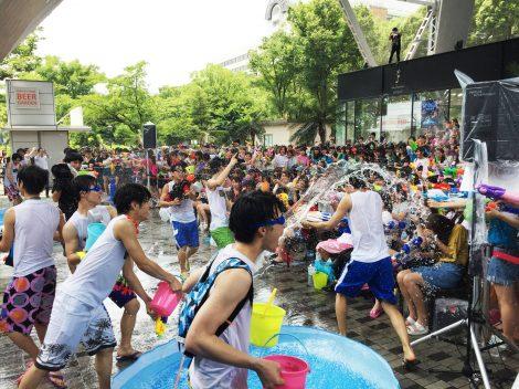 メンバーはバケツやひしゃくで水の掛け合い=『スペシャルウォーターイベント@テレビ塔』より