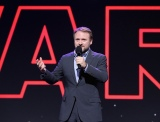 ディズニーの公式ファンクラブイベント『D23』で映画『スター・ウォーズ/最後のジェダイ』をプレゼンテーションするライアン・ジョンソン監督(C)2017 Getty Images