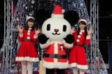 テレビ朝日の本社1階にイルミネーションツリーが登場。点灯式に出席した紀真耶(右)&桝田沙也香(左)アナウンサーと「ゴーちゃん。」
