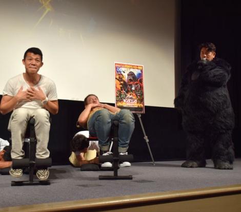 亀田興毅(左)と腹筋対決したFUJIWARA (C)ORICON NewS inc.