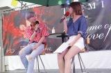 誕生日に2ndミニアルバムの発売記念イベントを行ったSHINee・テミン(左)とMCを務めたAKB48の宮崎美穂