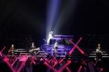 X JAPAN初の全編アコースティックライブはファンが赤いペンライトで「X」を作って支えた