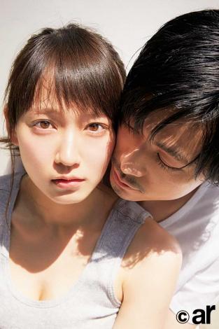 "『ar』8月号で""誌面デート""をする吉岡里帆&成田凌"