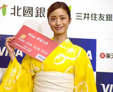 胸元にカードを入れる上戸彩 =『Visaデビットカード発行500万枚記念イベント』 (C)ORICON NewS inc.