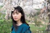 桜の中、大人びた笑顔を見せる福原遥