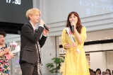 MYNAMEのアルバムリリースイベントに登場したにしおかすみこ(右)