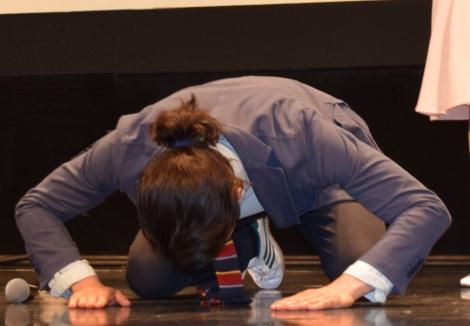 土下座シーンを再現した瑛太=TBS系連続ドラマ『ハロー張りネズミ』の特別試写会&舞台あいさつ (C)ORICON NewS inc.
