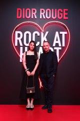 DIORの新商品発表イベントに出席した八木莉可子(右)とメイクアップ・アーティストのピーター・フィリップス氏