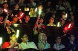 『劇場版ポケットモンスター キミにきめた!』LEDペンライトを手に発声可能上映を楽しむ中川翔子(写真提供:東宝)