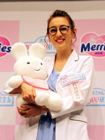 マスコットキャラ・メリーズうさちゃんを抱きかかえて笑顔のSHELLY=『メリーズ赤ちゃん気持ちいい研究室 特別研究員就任式』 (C)oricon ME inc.