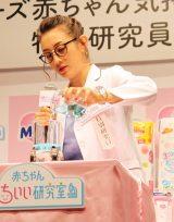 白衣とメガネ姿で実験に興じるSHELLY (C)oricon ME inc.