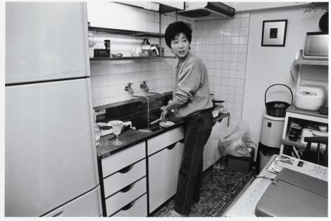 台所で家事をする小池百合子