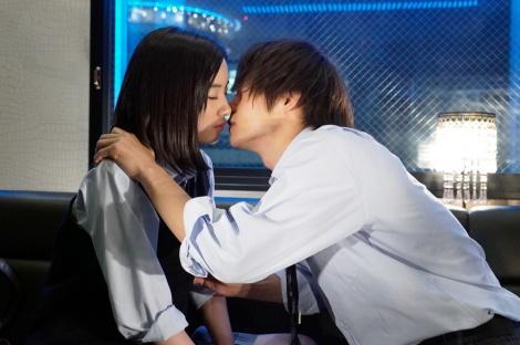 『僕たちがやりました』第2話で永野芽郁と窪田正孝が衝撃のキスシーン (C)カンテレ
