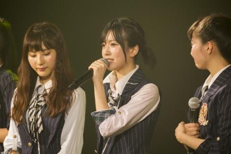 劇場でファンに卒業発表する須藤凜々花