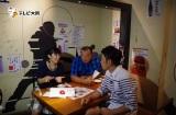 TKOと夜の大阪でアポなしロケをした大宮エリー(左)