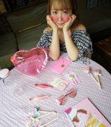 平松コラボのハートサングラスは200円。手前に本人イチオシのノート