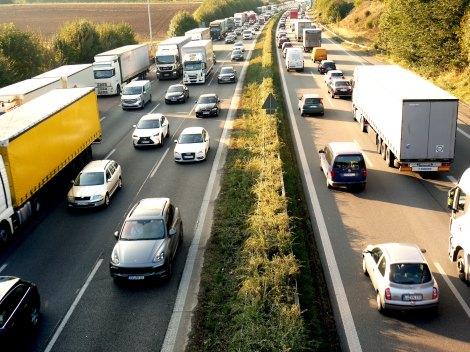 お盆期間(2017年8月5日〜16日)の高速道路の渋滞ピークはいつ?