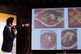 谷原章介 が作った料理の数々をスクリーンに投影 (C)oricon ME inc.