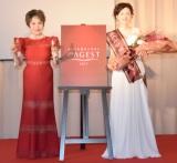 『ミセス・エイジスト2017』の審査員を務めたデヴィ夫人(左)と『ミセス・エイジスト』に選ばれた津村智子さん (C)ORICON NewS inc.