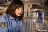 フジテレビ系ドラマ『警視庁いきもの係』第6話(8月13日放送)より(左から)橋本環奈とヨウム