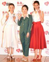 21年前のCM衣装で登場した高橋由美子(中央)と永作博美(左)、新木優子=エーザイ『チョコラBB』の発売65周年イベント (C)ORICON NewS inc.