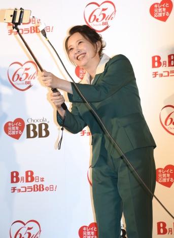 自撮りに初挑戦した高橋由美子=エーザイ『チョコラBB』の発売65周年イベント (C)ORICON NewS inc.