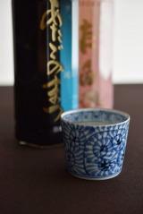 ペットボトルに直接口を付けて飲むのではなく、日本酒らしく酒器に注いで楽しむ。