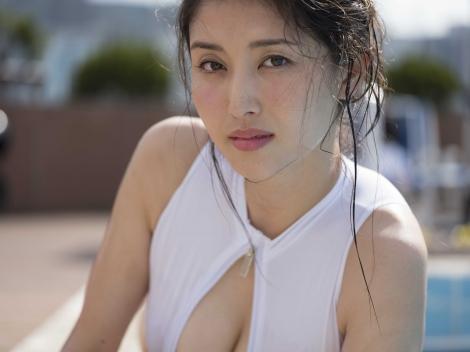 最新写真集『#びちょびちょ』でびちょ濡れ姿を見せた橋本マナミ (C)向山裕信