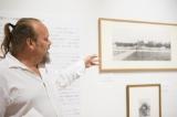 チェ・ゲバラの写真展『写真家チェ・ゲバラが見た世界』に実子のカミーロ氏が来場