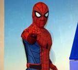 日本語吹替版主題歌を担当する関ジャニ∞と初対面したスパイダーマン (C)ORICON NewS inc.