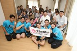 富岡町の復興住宅を訪問した(手前左から)市川こいくち、ぺんぎんナッツ、間寛平、女と男