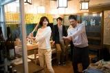 飯豊まりえにバッティング指導?(C)テレビ東京