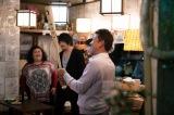 店に飾られている2000本安打記念バットを手に(C)テレビ東京