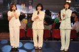 渡辺麻友(中央)が10月31日に卒業コンサートを行うことを発表 指原莉乃(左)と柏木由紀も立ち会った(C)AKS