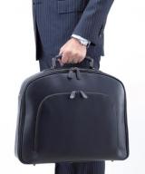 """持ちやすいクラシックな""""1本仕立て""""とし、市場のソフトバッグにはない本来の鞄らしいデザインを演出"""