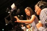 カメラマンの指導を受け実際のカメラで撮影も(C)AKS