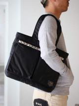定番のトートバッグにワンポイントのスタッズが光る。TOTE BAG税抜3万8000円